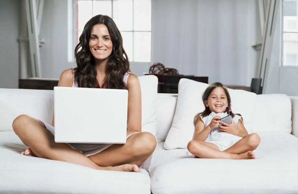 子どもを見ながら仕事をする女性