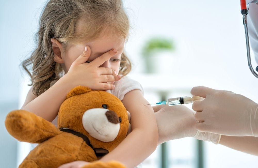 ワクチン接種を受ける女の子