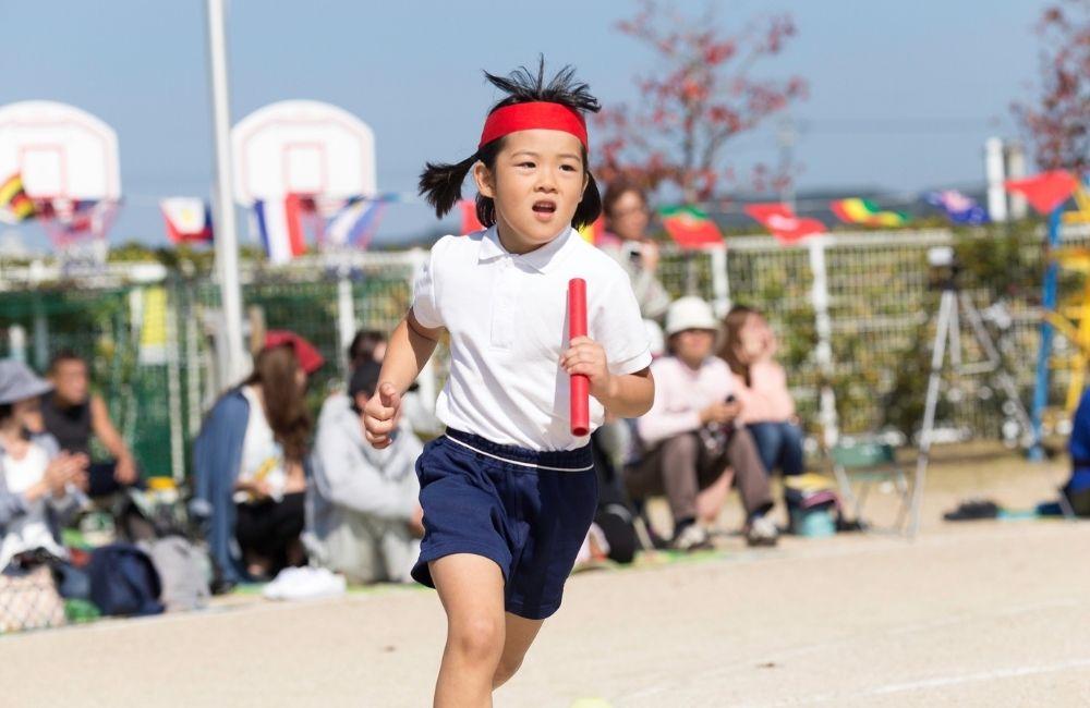 運動会で走る女の子