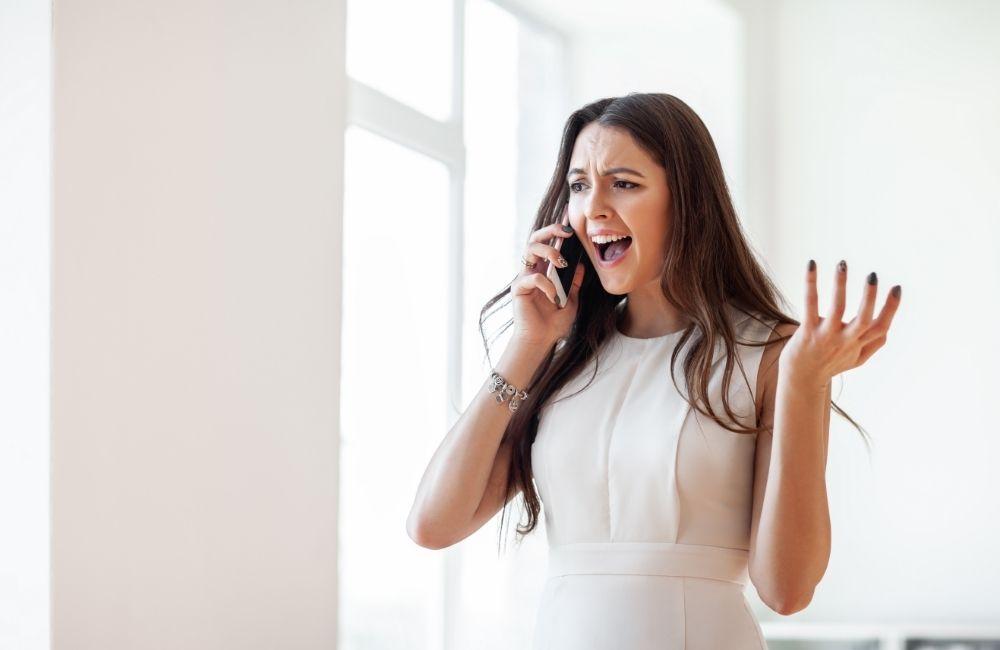 電話で怒っている女性