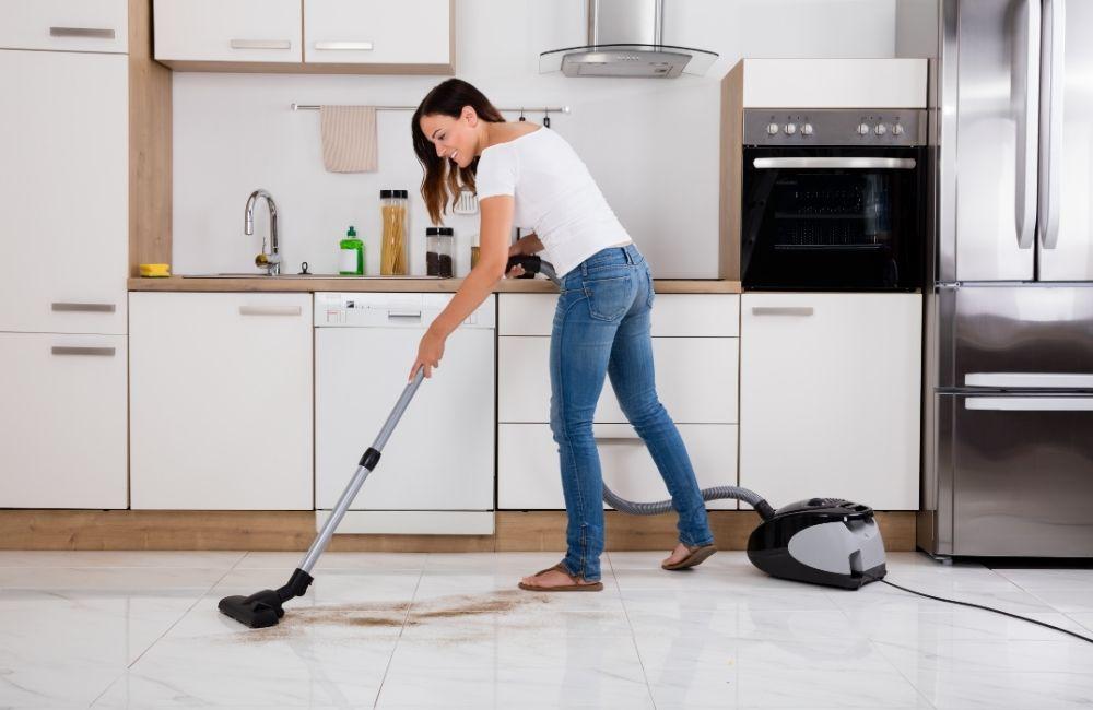掃除機をかける母親