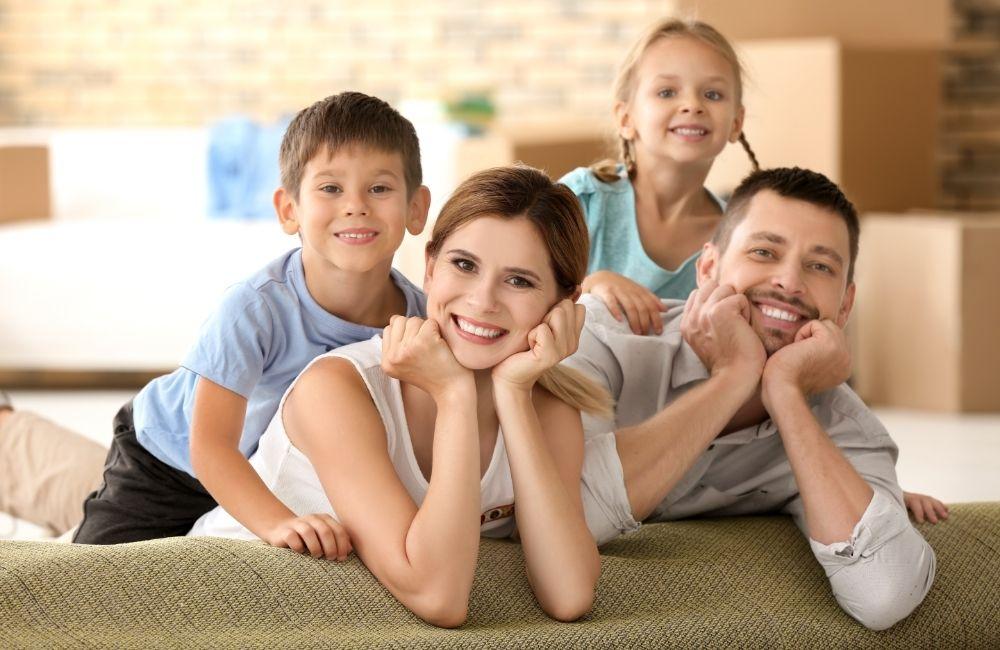 笑っている4人家族