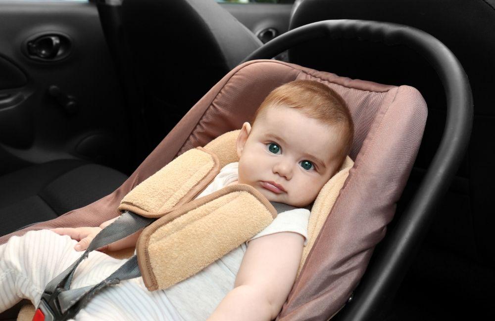 チャイルドシートに乗せられている赤ちゃん