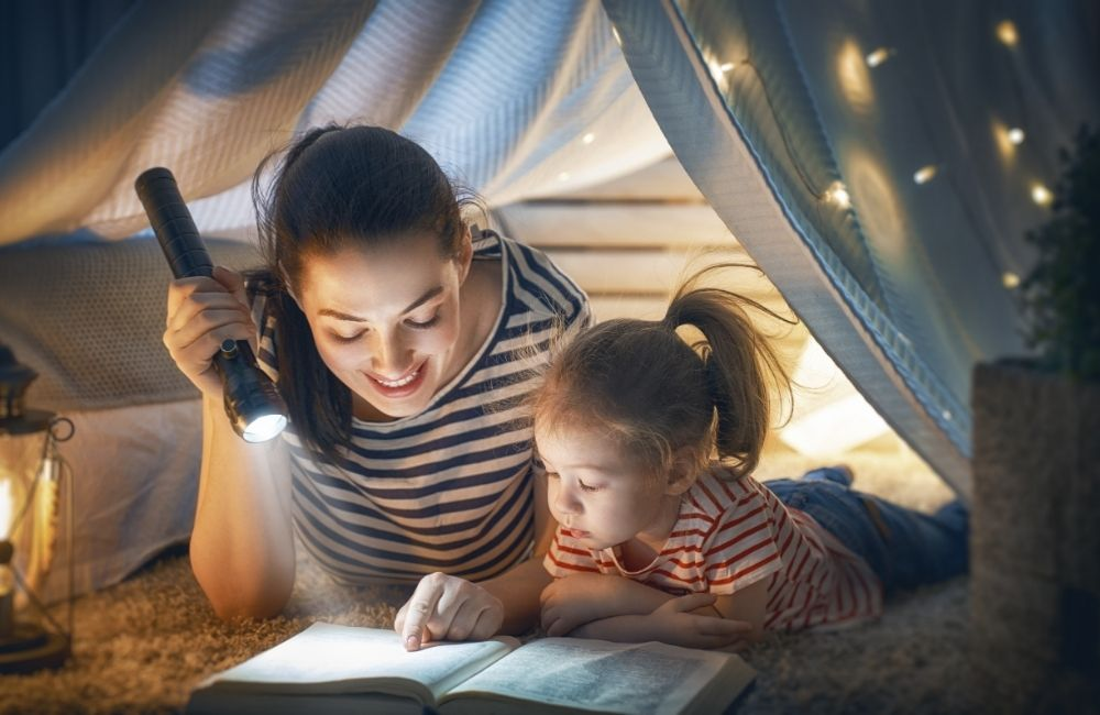 子どもと一緒に絵本を読む女性