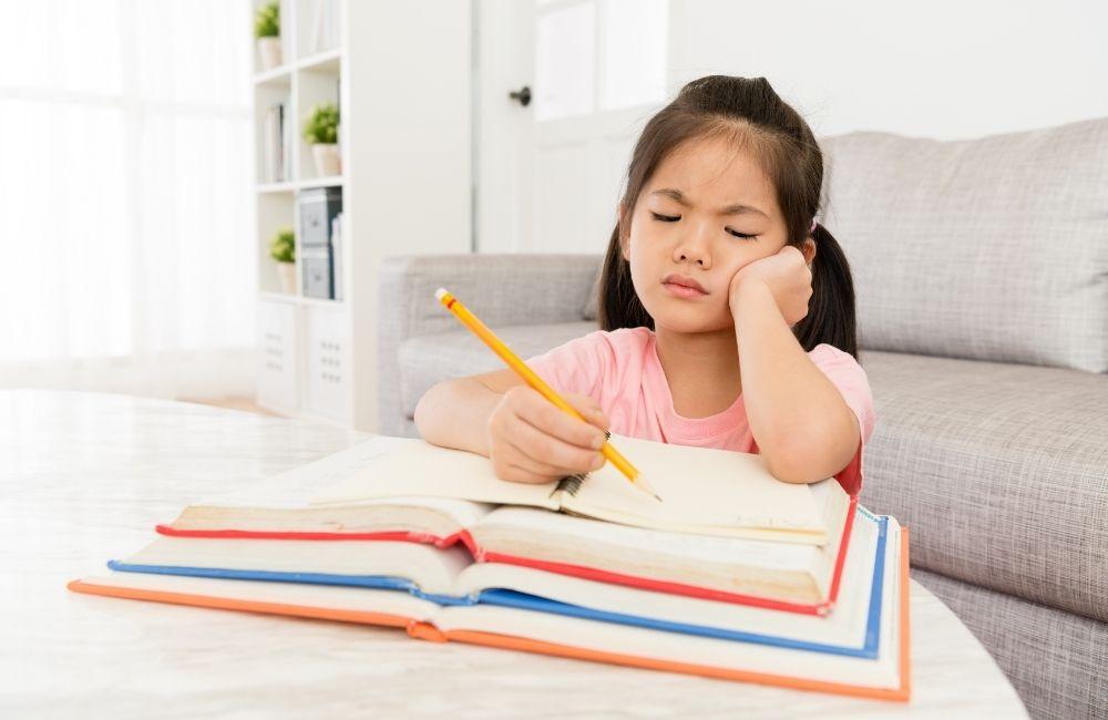 勉強に嫌な顔をしている女の子