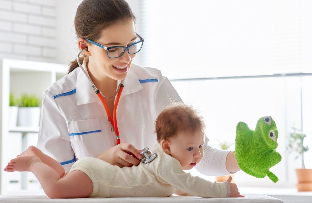 赤ちゃんを診察している女性医師