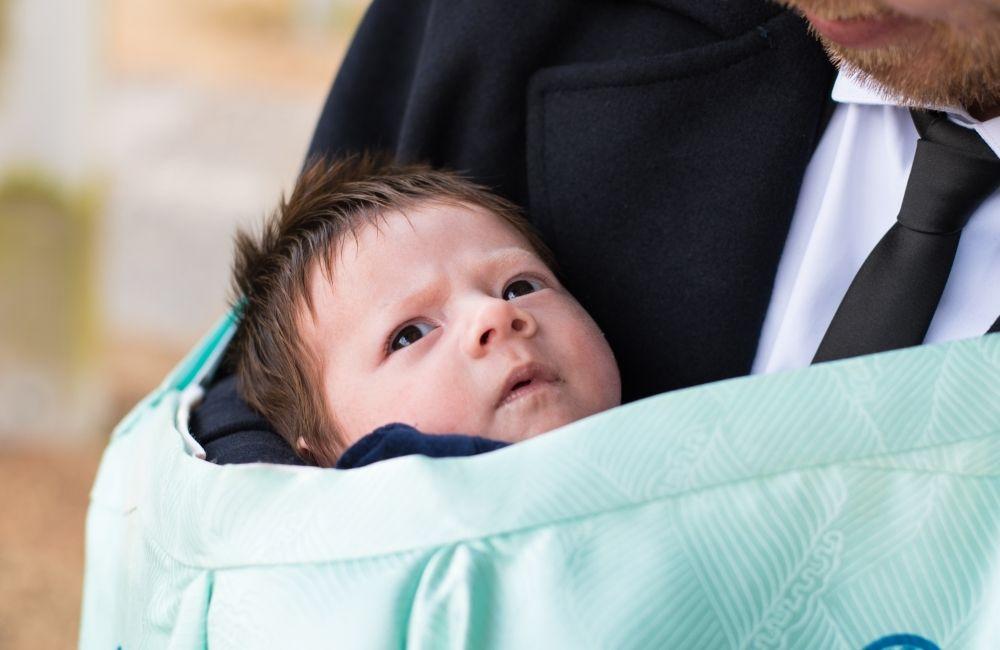 お宮参りで赤ちゃんを抱いている男性