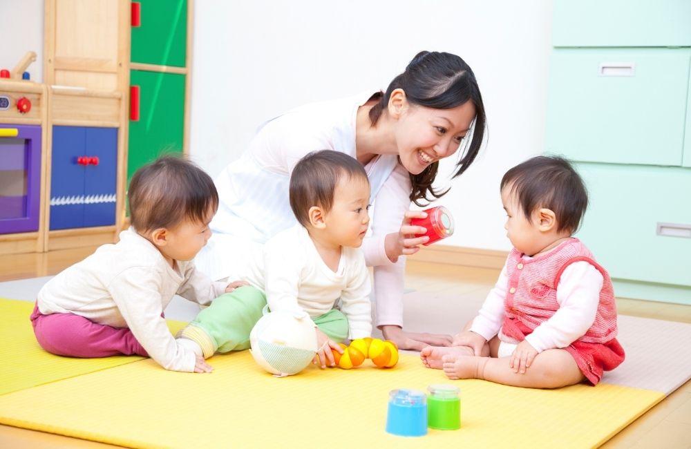 保育士が赤ちゃんと接している写真