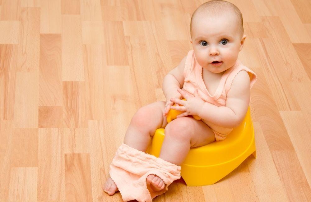 トイレをする赤ちゃん