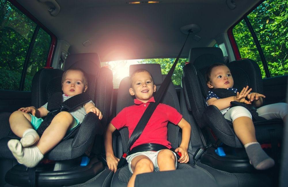車に乗っている3人の子供