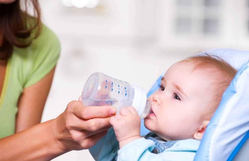 水分をとる赤ちゃん